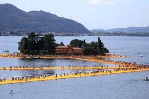 Floating Piers تسمح لزوار ساحل ايزو الايطالي بالمرور فوق الماء