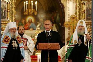بوتين يصلي على روح الطيارين العسكريين اللذان قتلا بسوريا