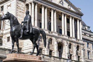 بنك انجلترا المركزي لا يتوقع ركود الاقتصاد ويخفض من معدل النمو