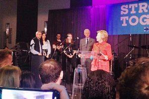 كلينتون تودع موظفي حملتها الإنتخابية