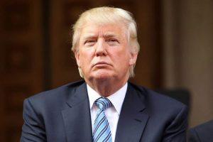 """الرئيس الأمريكي الجديد دونالد ترامب في موقف محرج بسبب تغريدة له على موقع التواصل الإجتماعي """"تويتر"""" والمغردون يسخرون"""