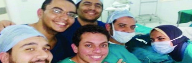 صورة سيلفي لطبيب في مصر في غرفة عمليات تتطيح به من عمله وتحيله إلى التحقيقات .. إتهامات بفساد إنساني وأخلاقي وإداري