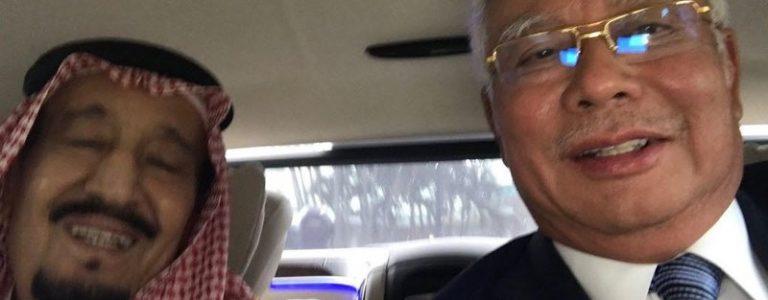 إحتفالا بقدوم الملك سلمان … رئيس وزراء ماليزيا ينشر صورة سيلفي مع الملك السعودي في كوالالمبور