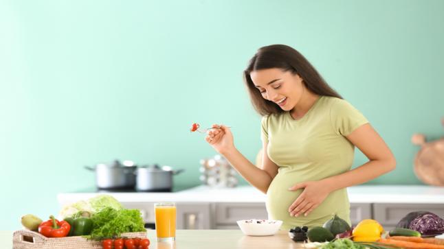 """""""معلومات هامة عن الحمل"""" أطعمة يجب تجنبها أثناء فترة الحمل أبرزها البيض النىء"""