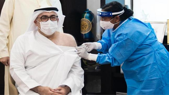 وزير الصحة الإماراتي يتلقى الجرعة الأولى من لقاح فيروس كورونا